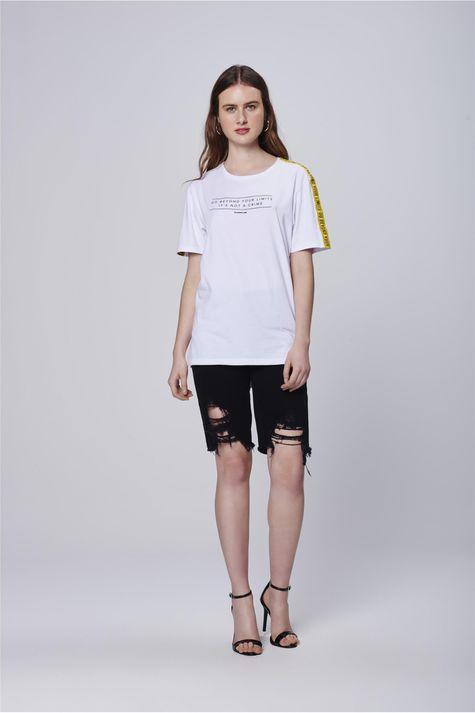Camiseta-com-Faixas-nas-Mangas-Detalhe1--
