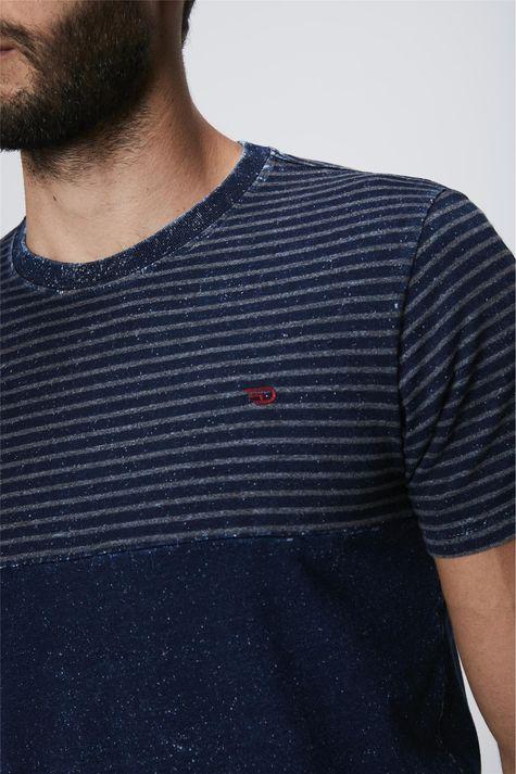 Camiseta-Masculina-em-Malha-Denim-Detalhe--
