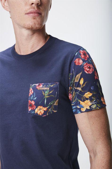 Camiseta-com-Manga-Floral-Masculina-Detalhe--