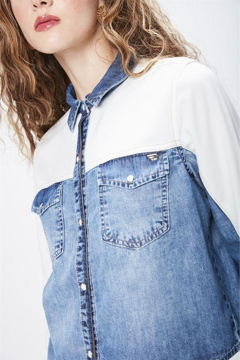 Camisa-Jeans-com-Recortes-Feminina-Detalhe--