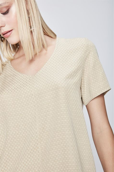 Camiseta-com-Decote-V-e-Textura-Feminina-Detalhe--