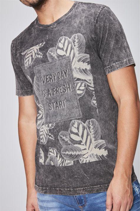 Camiseta-Tingida-Estampa-Floral-Detalhe--
