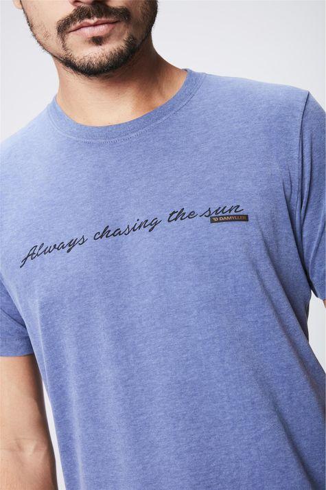 Camiseta-Masculina-Estampa-de-Tipografia-Detalhe--