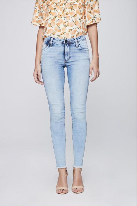 Calca-Jeans-Cigarrete-com-Barra-Desfiada-Frente-1--