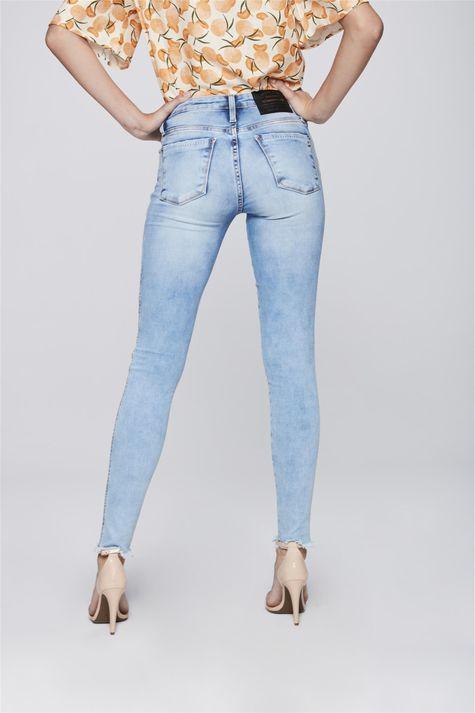 Calca-Jeans-Cigarrete-com-Barra-Desfiada-Costas--