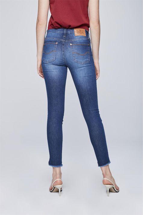 Calca-Jeans-Cropped-com-Barra-Desfiada-Costas--