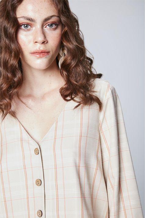 Camisa-Xadrez-com-Decote-V-Feminina-Detalhe--