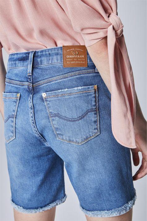 Bermuda-Jeans-com-Barra-Dobrada-Feminina-Detalhe--