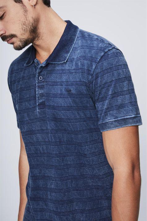 Camisa-Polo-de-Malha-Denim-Listrada-Detalhe--