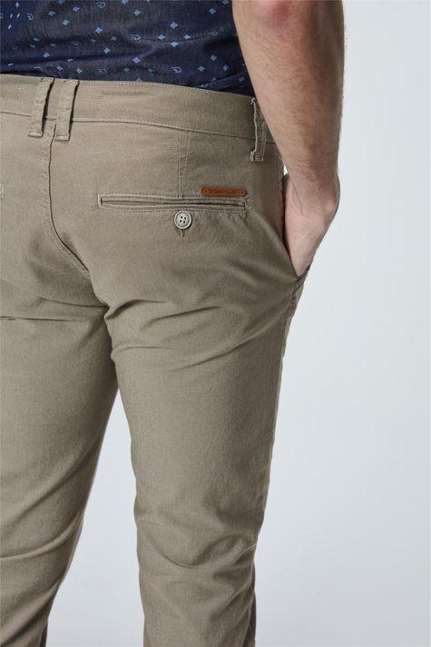 Calca-Chino-Color-com-Textura-Masculina-Detalhe--