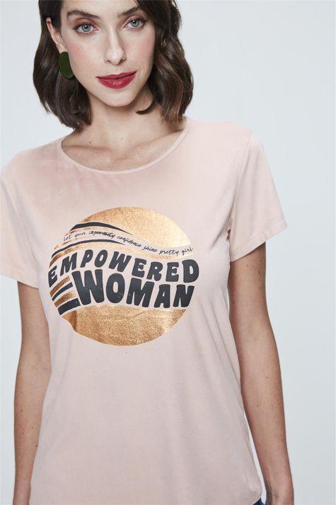 Camiseta-com-Estampa-Empowered-Woman-Detalhe--