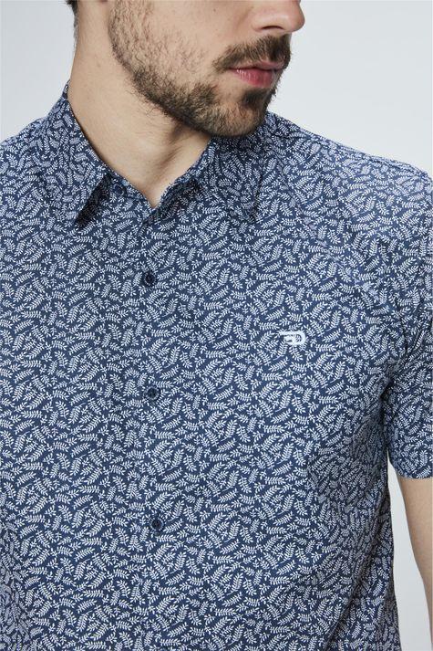 Camisa-com-Estampa-de-Ramos-Masculina-Detalhe--