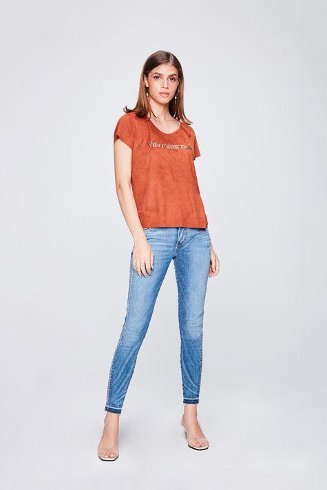 Camiseta-de-Suede-com-Tipografia-Detalhe-1--