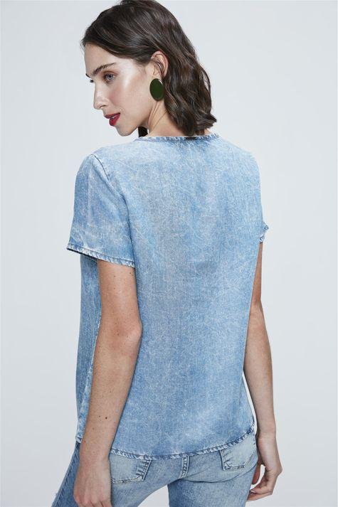Camiseta-Jeans-com-Aplicacao-Feminina-Detalhe--