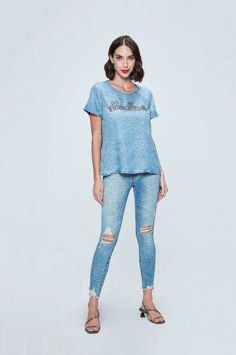 Camiseta-Jeans-com-Aplicacao-Feminina-Detalhe-1--