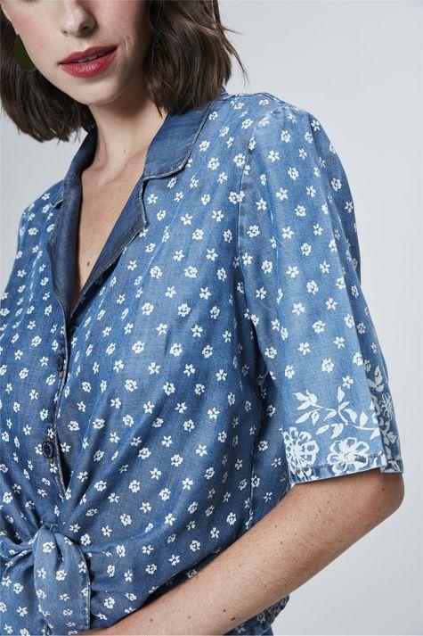 Camisa-Jeans-Cropped-com-Estampa-Floral-Detalhe--