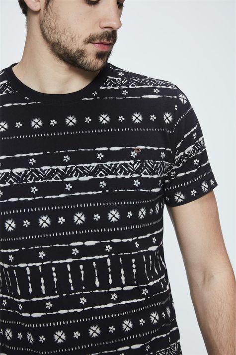 Camiseta-com-Estampa-Etnica-Masculina-Detalhe--