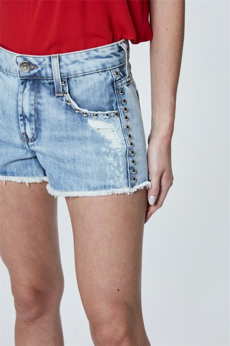 Short-Mini-Jeans-Boyfriend-com-Tachas-Detalhe--