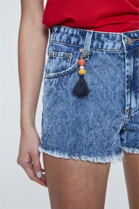 Short-Jeans-Solto-com-Barra-Desfiada-Detalhe--