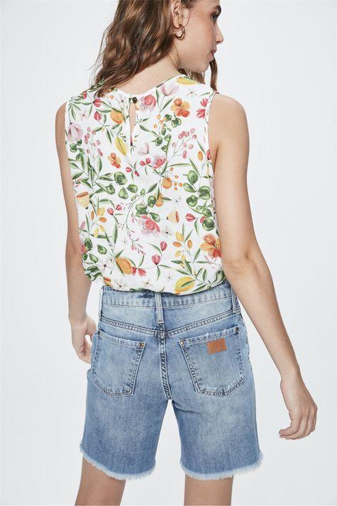 Bermuda-Jeans-Justa-com-Puidos-Feminina-Costas--