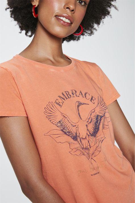 Camiseta-com-Estampa-Embrace-Feminina-Detalhe--