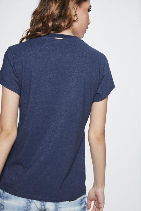 Camiseta-com-Estampa-de-Flor-Feminina-Detalhe--