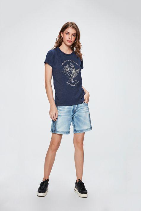 Camiseta-com-Estampa-de-Flor-Feminina-Detalhe-1--