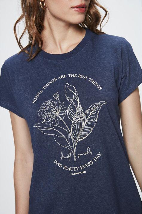Camiseta-com-Estampa-de-Flor-Feminina-Frente--