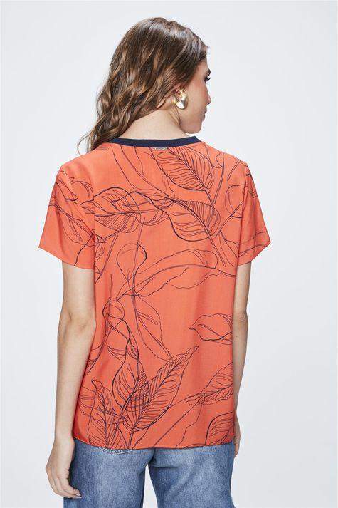Camiseta-com-Estampa-de-Folhas-Feminina-Costas--