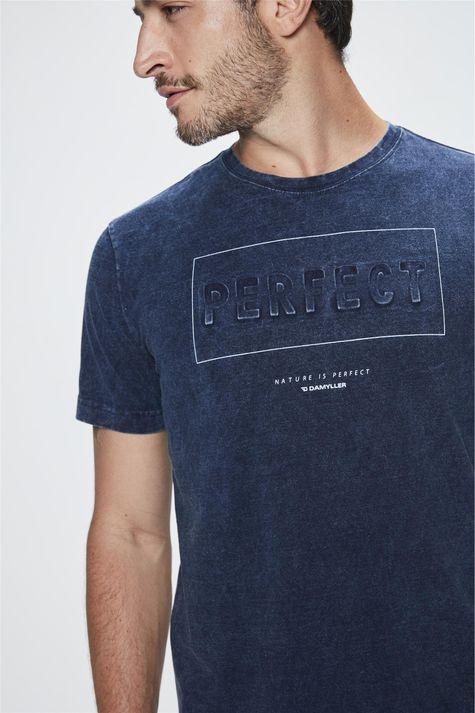 Camiseta-com-Estampa-Perfect-Masculina-Detalhe--