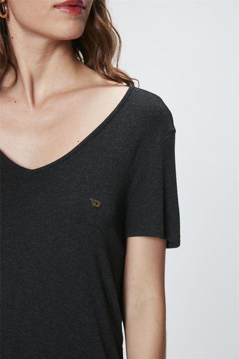 Camiseta-com-Decote-V-Feminina-Detalhe--