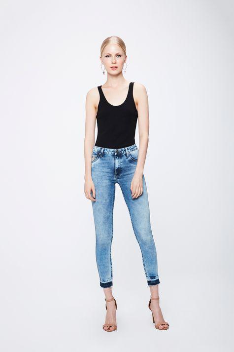 Calca-Jeans-Claro-com-Barra-Desfiada-Detalhe-1--