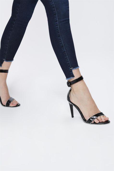 Calca-Jeans-Escuro-com-Barra-Assimetrica-Detalhe--