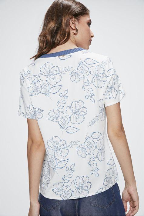 Camiseta-com-Estampa-Floral-Feminina-Detalhe--
