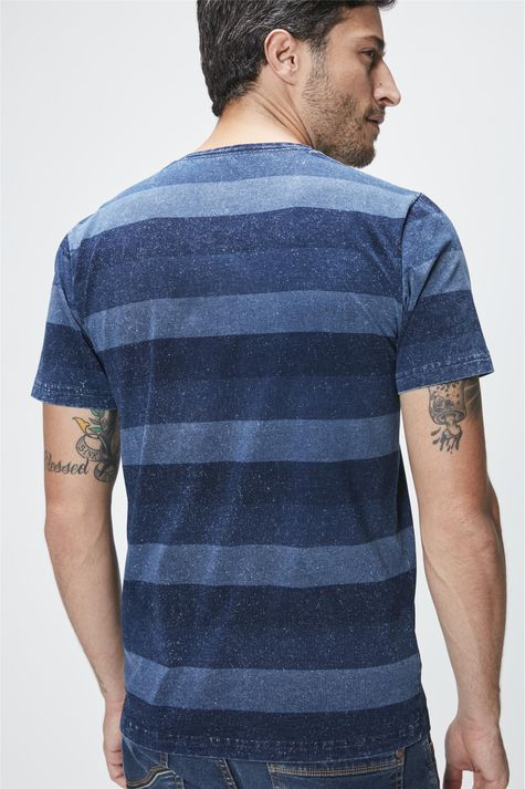Camiseta-com-Estampa-Listrada-Masculina-Costas--