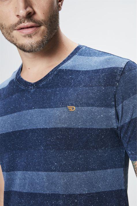 Camiseta-com-Estampa-Listrada-Masculina-Detalhe--