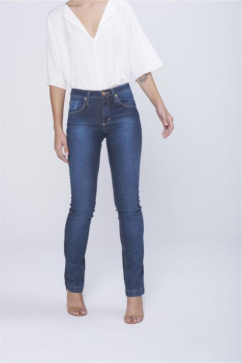 Calca-Jeans-Reta-com-Recortes-nos-Bolsos-Costas--