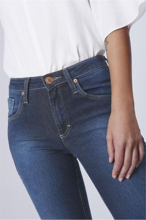Calca-Jeans-Reta-com-Recortes-nos-Bolsos-Detalhe-1--