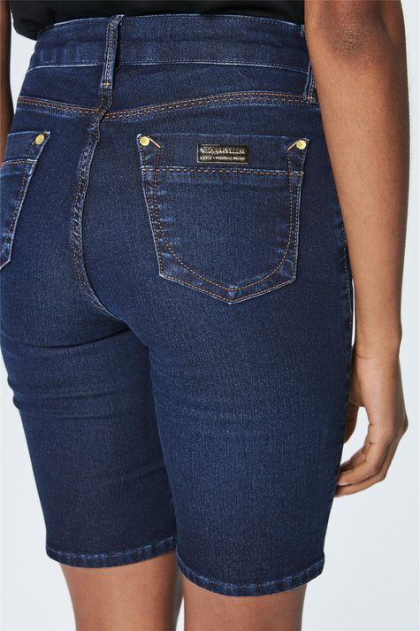 Bermuda-Jeans-Escuro-Feminina-Detalhe--
