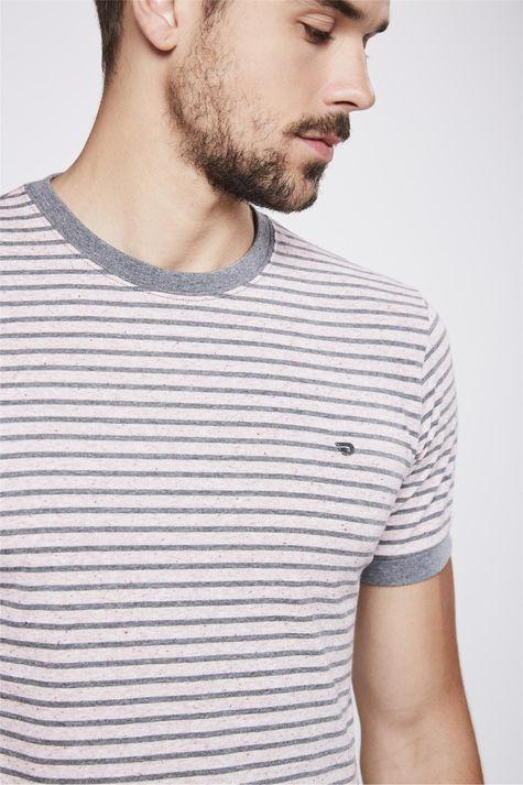 Camiseta-College-Listrada-Masculina-Detalhe--