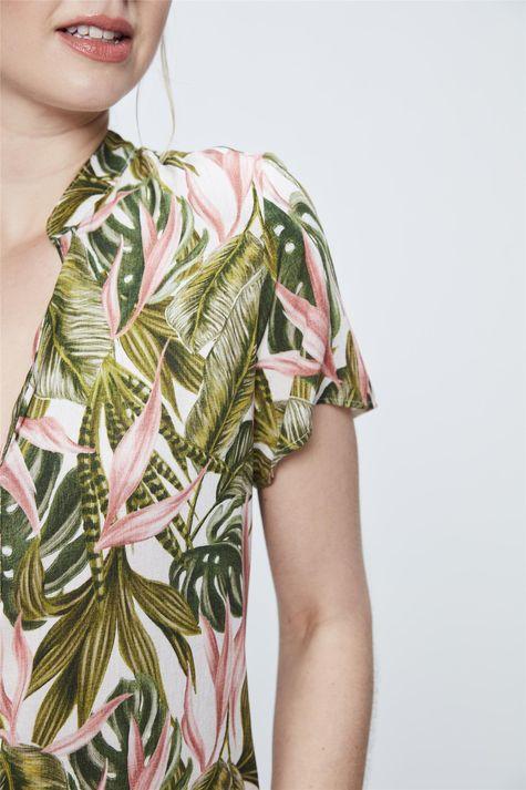 Blusa-Feminina-com-Estampa-Tropical-Detalhe--