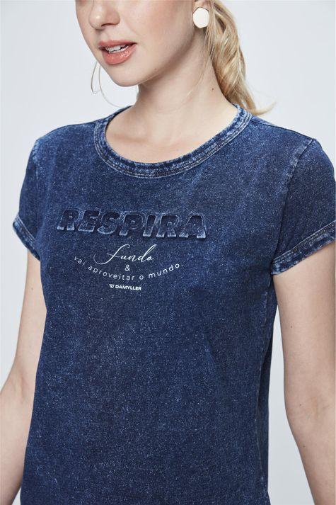 Camiseta-Malha-Denim-com-Estampa-Respira-Detalhe--