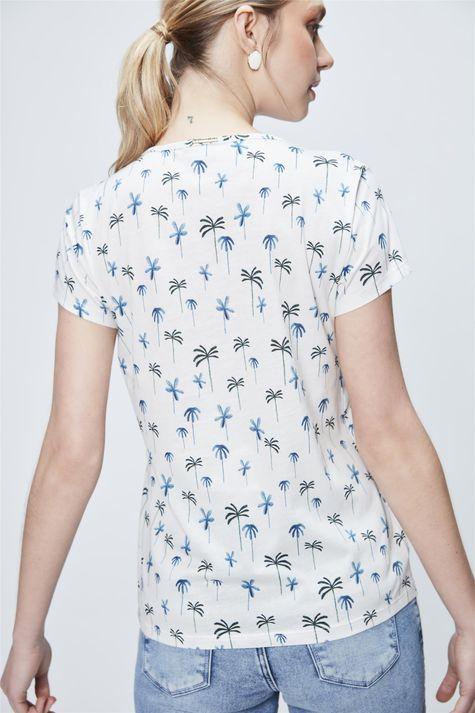Camiseta-com-Estampa-de-Coqueiros-Detalhe--