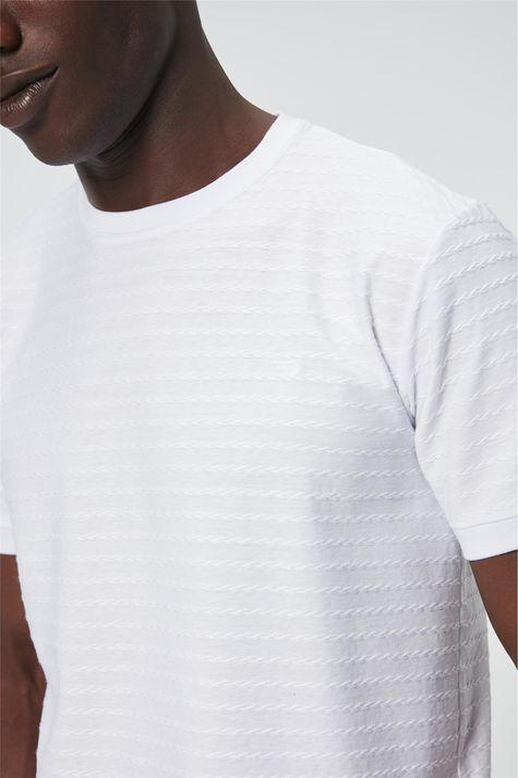 Camiseta-com-Bordado-Masculina-Detalhe--