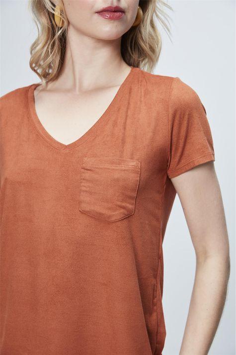 Camiseta-Gola-V-de-Suede-Feminina-Detalhe--