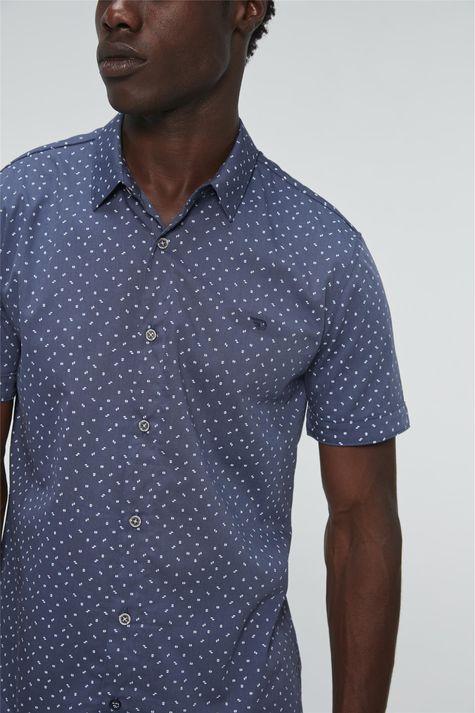 Camisa-de-Estampa-Geometrica-Manga-Curta-Detalhe--