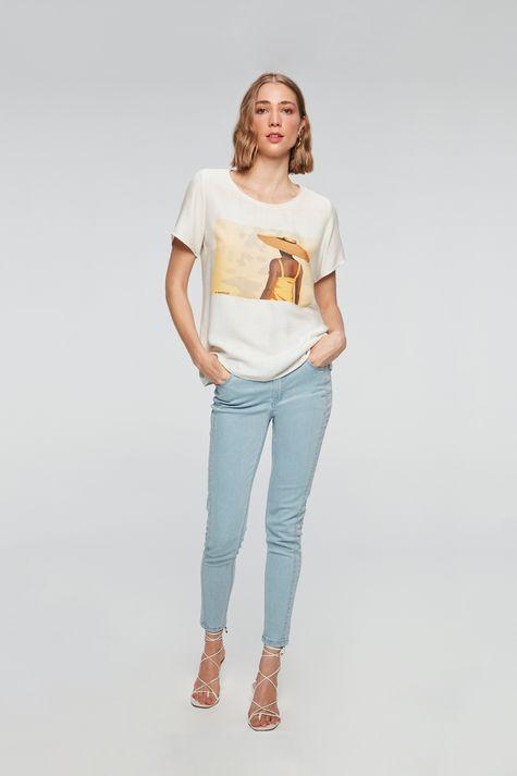 Camiseta-com-Estampa-Mulher-com-Chapeu-Detalhe-1--