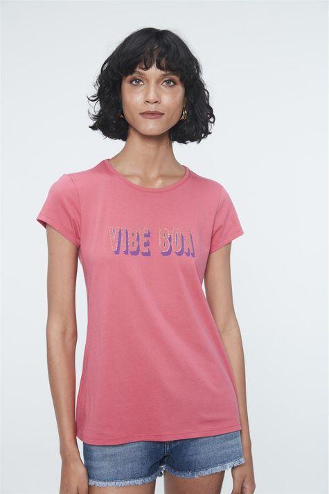 Camiseta-com-Estampa-Vibe-Boa-Detalhe--