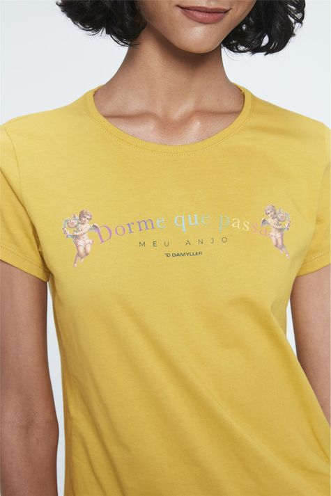 Camiseta-com-Estampa-Dorme-que-Passa-Detalhe--