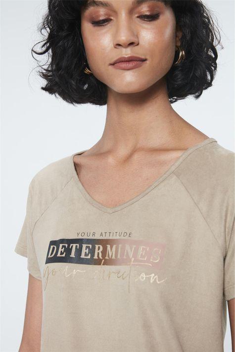 Camiseta-de-Suede-com-Estampa-Determines-Detalhe--